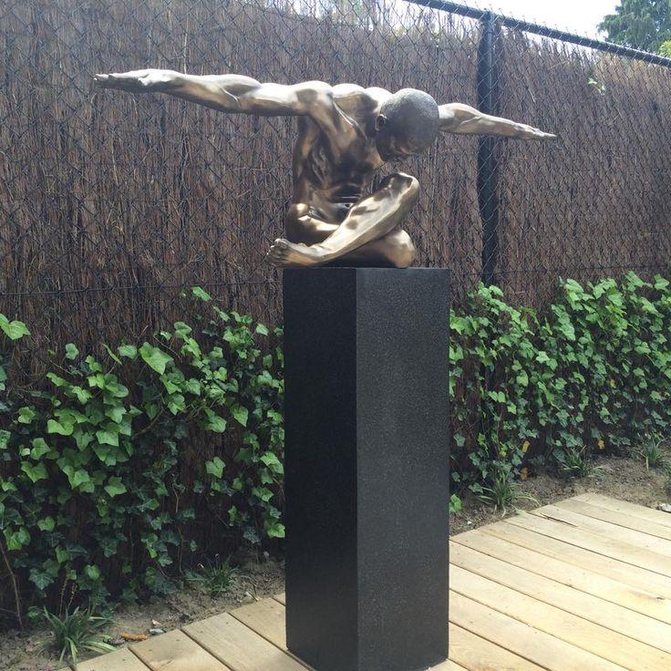 mooi bronzen beeld op terrazzo sokkel
