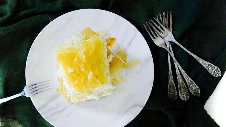 ΥΛΙΚΑ  10 φύλλα κρούστας, 1 συσκευασία 450 γρ. (12 φύλλα) 200 γρ βούτυρο λιωμένο 400 γρ. φέτα, τριμμένη χοντρά 300 γρ. μυζήθρα, λιωμένη με το πιρούνι 100 γρ. γραβιέρα, τριμμένη 150 γρ. κρέμα τυρί 4 αυγά, μέτρια πιπέρι