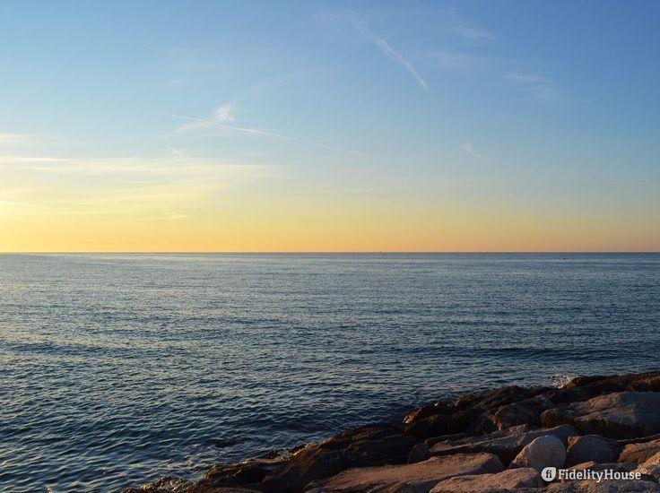 Là, dove il mare infinito per l'occhio umano, sembra trasformarsi in cielo, al…