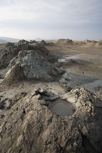 """""""Sólo hay 700 volcanes de lodo en el mundo, y se estima que unos 300 están en la Reserva estatal de Gobustán, al suroeste de Bakú en los alrededores del Mar Caspio, en Azerbaiyán. Corresponden generalmente a emanaciones de gas que forman un cono y cráter de no gran altura del que emana una arcilla hidratada que suele formar lagunas burbujeantes."""""""