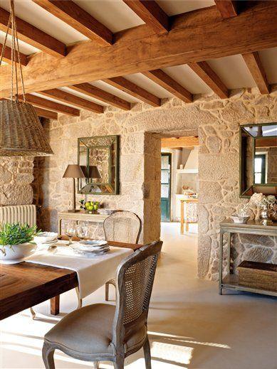 Vivir feliz y cómoda. La propietaria de esta casa se siente feliz y muy a gusto.Las sillas, que le encantan, de HANBEL.