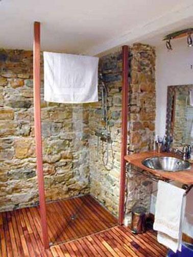 Douche à litalienne salle de bain maison campagne. Receveur douche en bois exotique.
