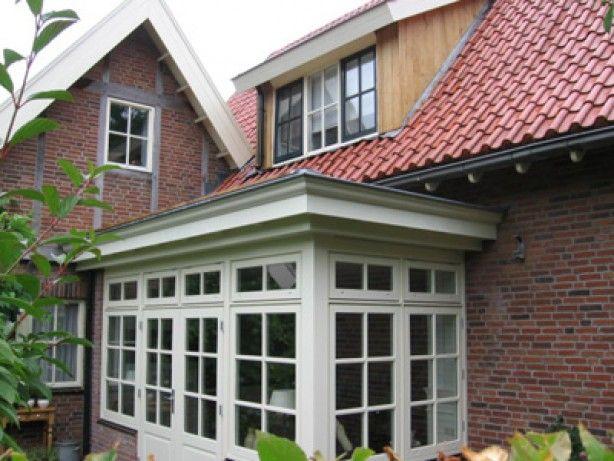 Uitbouw met kleine raampjes, bovenkant ook raam
