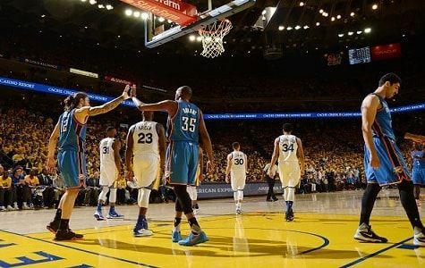 Kevin Durant anotó 26 puntos y Oklahoma City siguió asombrando en la postemporada al vencer el lunes 108-102 a los Warriors de Golden State