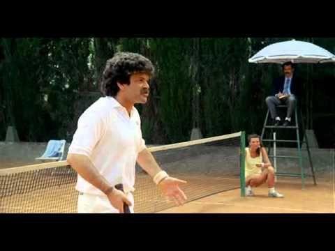 """Dal film """"Mezzo destro mezzo sinistro - 2 calciatori senza pallone"""", partita di tennis molto divertente, tra la coppia deiGiocatori della Roma, Ancelotti e"""