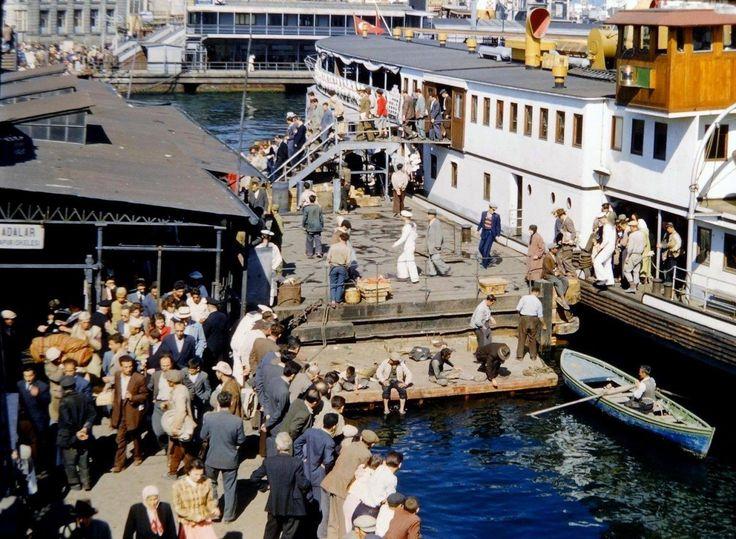 Eski İstanbul: Galata Köprüsü Adalar İskelesi'nde Vapur Yolcuları İnerken / 1953