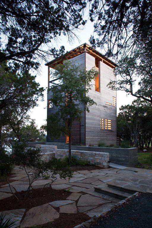 Дом-башня (Tower House) в США от Andersson Wise Architects. На участке вдоль озера Трэвис, самого длинного из озёр Хайленд, уже было несколько небольших построек 30-х годов прошлого века из известняка. Клиенты попросили построить дополнительный дом для размещения гостей и совместного отдыха. Новый дом решён вертикально, две спальни размещены на первом и втором этажах, пространство третьего этажа, с которого открываются панорамные виды на озеро и лес, отдано под крытую террасу. Деревья - дубы…