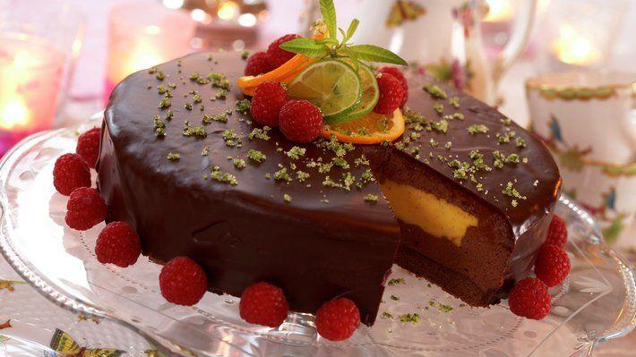 Denne kaken sier FEST, og er en riktig smaksbombe! Passer til en av livets store dager eller som en utsøkt dessertkake etter et godt måltid.