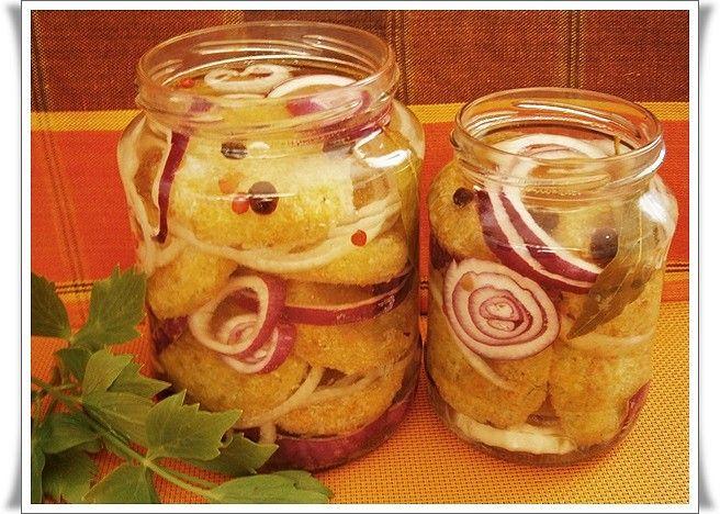 Cuketu jemně nastrouháme, přidáme nastrouhaný sýr,lisovaný česnek, vejce,sůl dle chuti (kdo dá vegetu osolí méně), pepř dle chuti, mouku, solamyl...