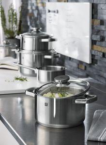 Naast messen zijn er nu ook pannen van Zwilling. Hoge kwaliteit roestvrijstaal met een kern van aluminium in de capsulebodem. Geschikt voor alle hittebronnen en te reinigen in de vaatwasmachine. Maak het koken van de dagelijkse maaltijd leuker en gemakkelijker met deze Joy pannenset!