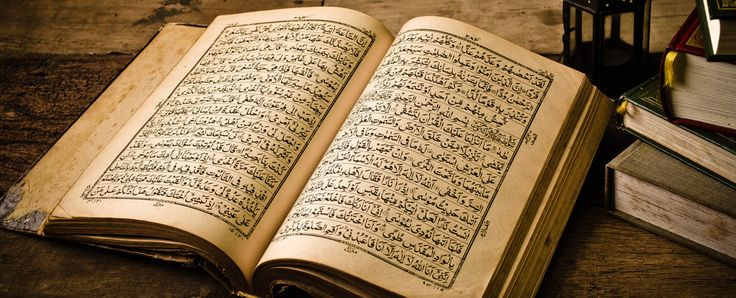 9) Dit is de Koran. Als de vader van Aicha niets te doen had zou hij de Koran lezen en naar het tv-journaal kijken. Aicha zelf kon niet zo goed Arabisch dus ze kon het niet zo goed lezen. De vader van Aicha zou haar Arabisch leren later maar niet nu. Aicha heeft het namelijk druk met school.