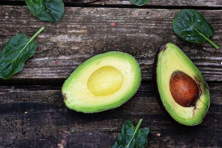 7 λόγοι που αξίζει να καταναλώνετε αβοκάντο τακτικά και μια νόστιμη συνταγή με αβοκάντο και ντομάτα!