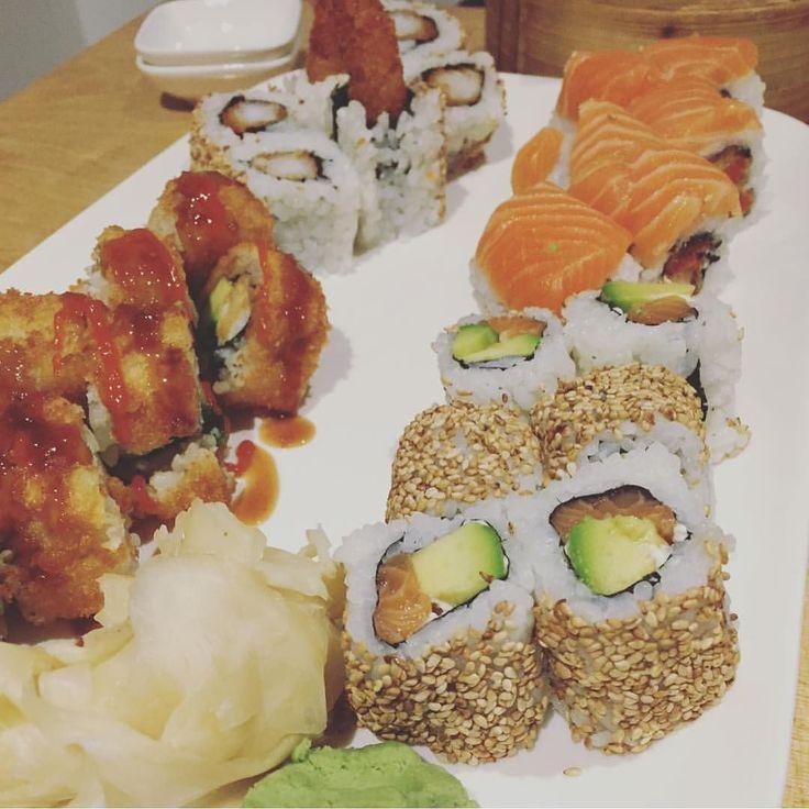 Die #blogklüngel #mädels sind wieder zu Besuch  @kleines_freudenhaus gönnt sich #crispyroll #ebitenmaki #philadelphiadream & #alaska  Ist euch auch die neue Lüftung und das neue Licht aufgefallen?  #sushininja #theninjawall #köln #ehrenfeld #sushi #ninja #klüngel #blog by sushininja_ #haxenhaus #people #food