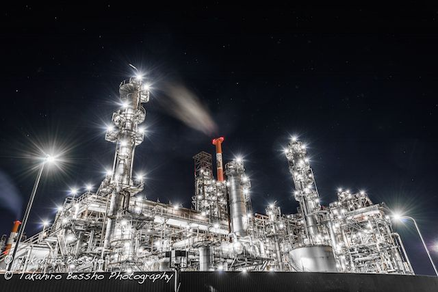 """非日常的で、どこか近未来を連想させる工場夜景。数年前からブームとなった""""工場巡礼""""は、無機質な夜の表情を鑑賞しようというファンで賑わっているようです。ランドスケープカメラマンTakahiro Besshoさんも、そ"""