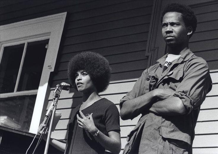 1970 : un garçon noir, assis sur une statue à l'entrée du tribunal de New Haven (Etats-Unis), crie son désaccord et brandit haut le poing. L'image est iconique, elle fait penser à d'autres mains levées, celles des sprinteurs américains John Carlos et Tommie Smith aux Jeux Olympiques de 1968 à Mexico.