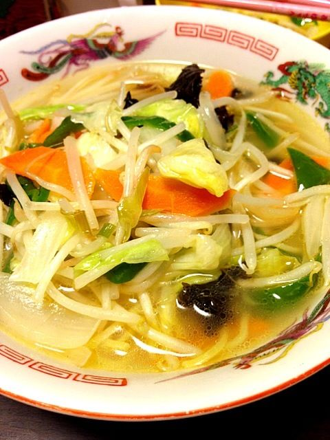 麺より野菜多め。 シャキシャキの野菜と、ツルツルしこしこ麺は固め。 スープは手作りだから最高旨いっっんです。 - 0件のもぐもぐ - スープも手作り野菜たっぷりタンメン by IGGY