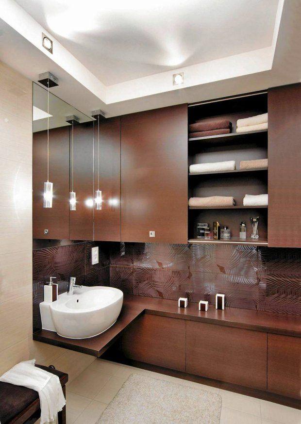 ZABUDOWA GÓRA-DÓL. Wolną ścianę w łazience o powierzchni 6 m kw. zabudowano szafkami - stojącymi i wiszącymi. Można w nich trzymać nie tylko...