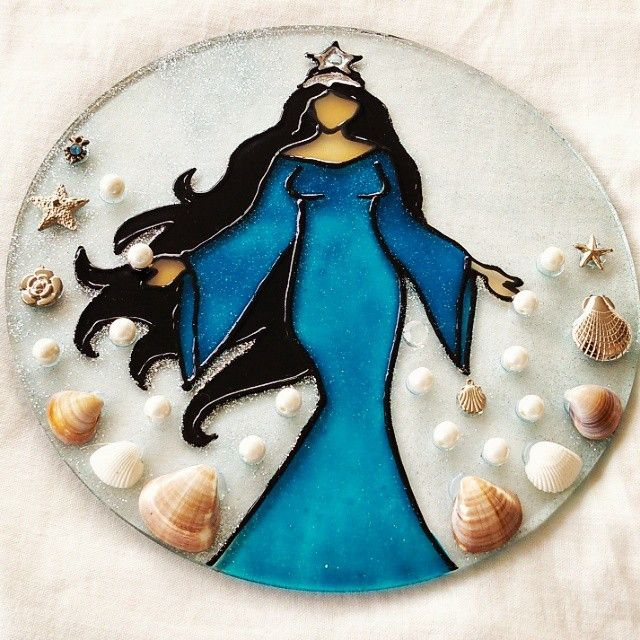 Mandala em vidro, 20cm de diâmetro, pintura vitral <br>com fio de pedraria para pendurar ou suporte de mesa.