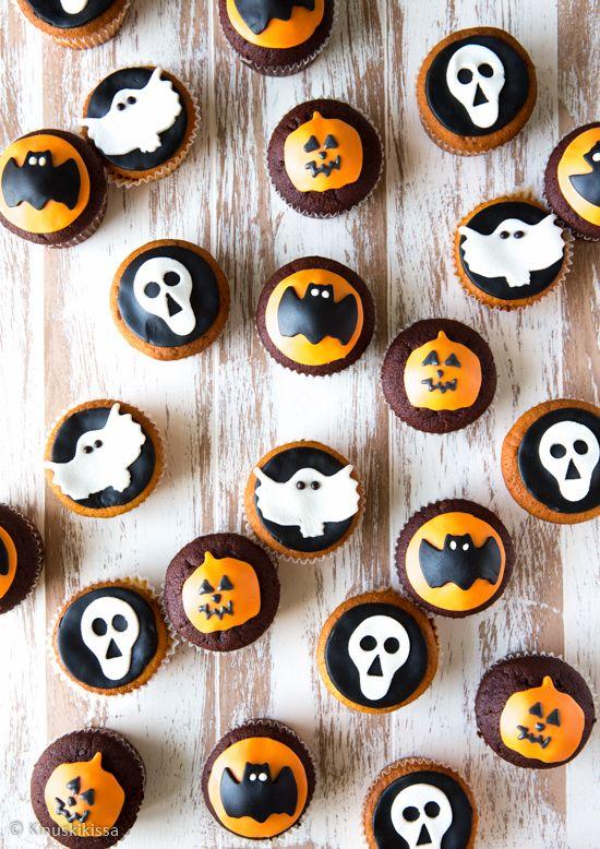 Nyt on mistä valita! Kaksi takuuvarmaa taikinaa: toinen tumma ja suklainen, toinen raikkaan sitruunainen. Koristelu on tehty muoteilla: haamuja, lepakoita, pääkalloja ja kurpitsoita. Se on helppoa ja hauskaa puuhastelua vaikka yhdessä lasten kanssa. Leipomisen voi tehdä hyvissä ajoin etukäteen, sillä muffinssien pakastus onnistuu koristeluinen päivineen. #halloween