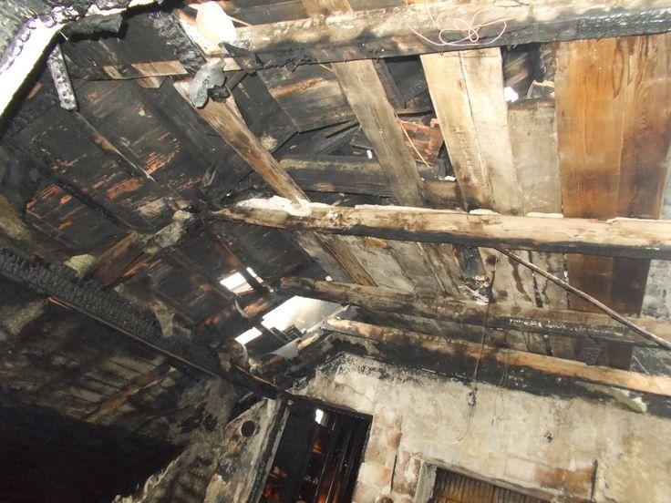 Megkezdődött a leégett pomázi ház helyreállítása!  Első körben a tetőszerkezet helyreállítási munkálatai indultak el.  Az Önkormányzat megbízásából a Netrax Kft. végzi a helyreállítási munkálatokat a bajba jutott Harza család házában. A leégett tetőszerkezet elbontása indult el ma reggel.  2015. február 24.  http://www.pomaz.hu/news/829/megkezd�d�tt-a-le�gett-pom�zi-h�z-helyre�ll�t�sa