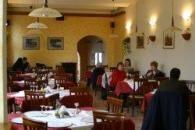 Isten hozta Csíkszereda egyik legelegánsabb étteremében!A város régi központjában két olasz üzletember a honi ízek hiánya no meg, hogy megismertessék az olasz konyhaművészetet ezen a festői vidéken is, nyitott egy olasz sajátosságú éttermet és pizzériát.50 személyes éttermünkben, valamint 15 személyes bárunkban szívesen vállaljuk különböző rendezvények, vacsorák, céges partik szervezését is.