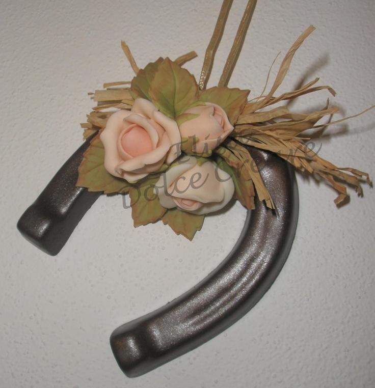 Ferro di cavallo (ottenuto da una colata di gesso e poi dipinto) con rose rosa in pasta di mais