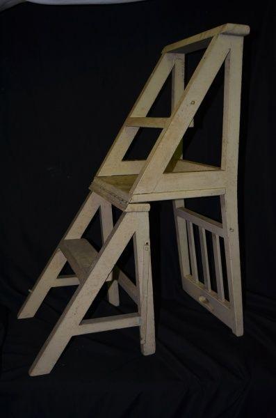 Cadeira que vira escada em madeira pintada de branco . No estado .Med. cadeira 94 x 37 x 46 cm e Med. escada 94 x 37 x 68 cm.