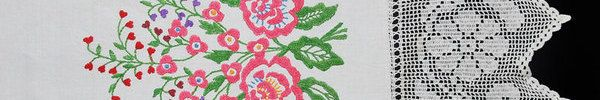 Ręcznik obrzędowy podlaskie. Jeszcze w latach 40, 50 i 60 ubiegłego wieku młode dziewczęta wyszywały do kilku ręczników z przeznaczeniem na posag. Pas samodziałowego lub fabrycznego płótna, nawet do 3 metrów długości, zdobiły haftem krzyżykowym lub płaskim. Do krótszych boków doszywały misternie wykonane koronki szydełkowe o ornamencie kwiatowym lub geometrycznym.