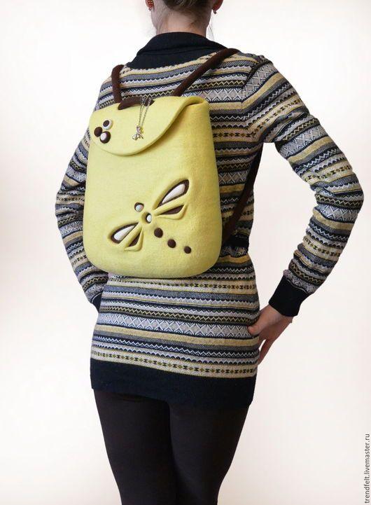 Войлочный рюкзачок лимонного цвета со стрекозой. По весеннему солнечный, с очень мягким сочетанием цветов! / Felted yellow rucksack with dragonfly, felt lemon backpack. Felt in fashion by #olafelt