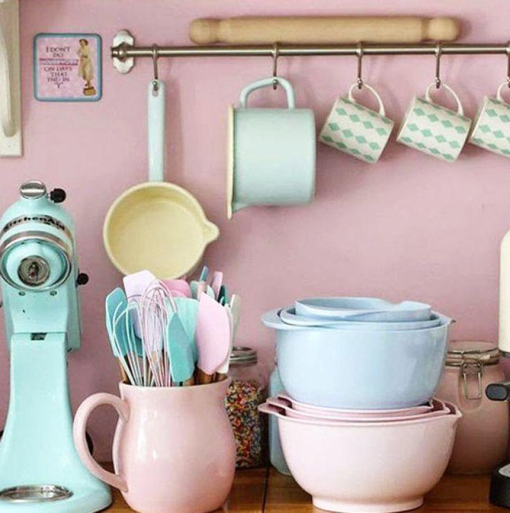 Objetos são uma ótima maneira de colorir o ambiente sem pintar paredes ou mobiliário