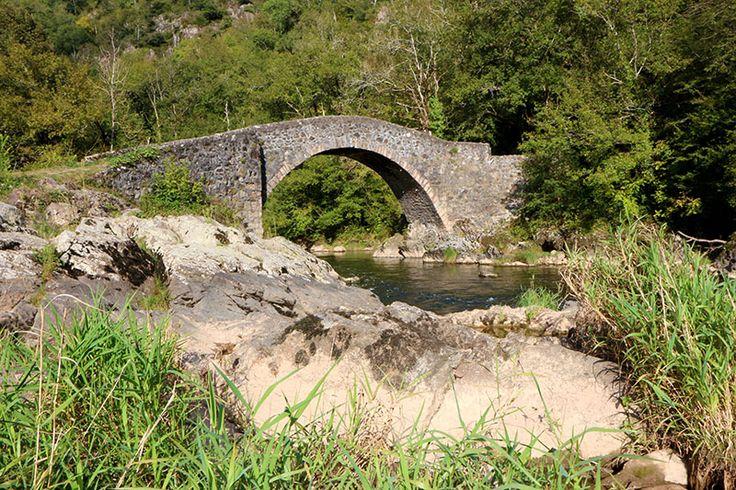 Pont Gallo-romain du Cayla. Le GR62B l'emprunte pour le plus grand plaisir des randonneurs.