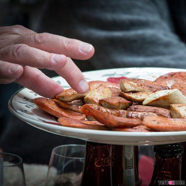 Hungrig bleibt hier keiner. Kurzerhand wird der Maronibräter zum Ofen umfunktioniert und das Käsefondue darauf erhitzt. Ein herrliches Getunke von Brotstücken und Grissini. Später gibts vom Selbigen Bratkartoffeln zur Bratwurst. Den Bericht über das Frischeparadies Thomüller gibt's heute im Blog! #italien #thomüller #bratwurst #foodgasm #foodpic #instafood #foodies #foodie #foodshot #foodstagram #instafood #photooftheday #picoftheday #testesser #graz #steiermark #austria #igersgraz…