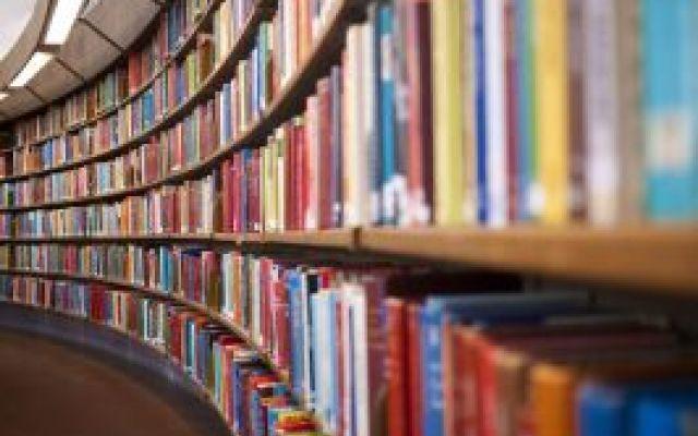"""Ninety-nine clicks - biblioteche, porte per l'altrove Solenni, silenziose, sublimi: le biblioteche sono """"medicine per l'anima"""", come si legge sopra la porta della Biblioteca di Tebe. Oggi, nella consueta raccolta domenicale di ninety9news, vi regaliamo  #foto #fotografia #libri"""