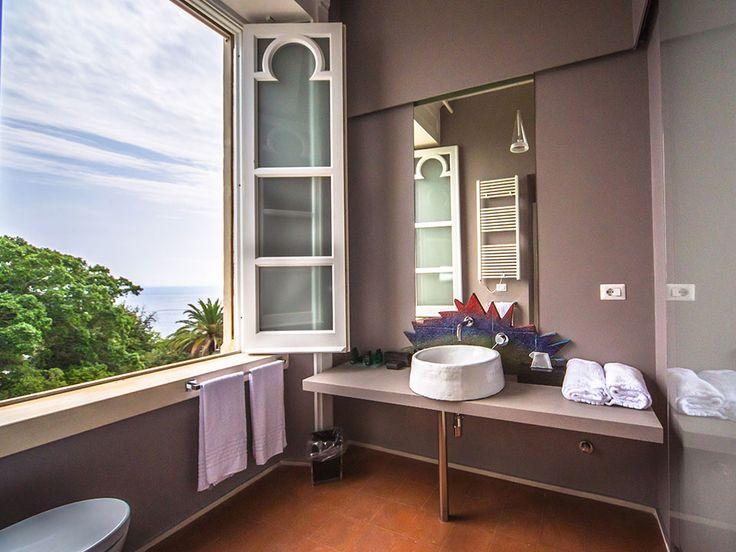 Mon Repos offre 3 suite all'interno della Villa di inizi '900. Caratterizzate tutte da spazi generosi e dotazioni di lusso, sono irradiate dalla calda luce del sole.  Le ampie finestre offrono una vista unica meravigliosa su Isola Bella, sull'Etna, e su uno dei più affascinanti tratti di costa siciliana.