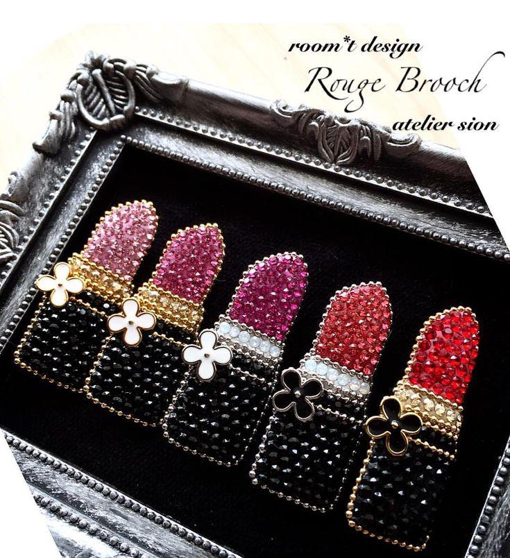 149 отметок «Нравится», 1 комментариев — アトリエシオン (@yumiko_sion) в Instagram: «【Rouge brooch】〜studio room*t考案 〜 ピンクのカラーサンプル。並べると可愛い #グルーデコ #グルーデコ® #リップブローチ»