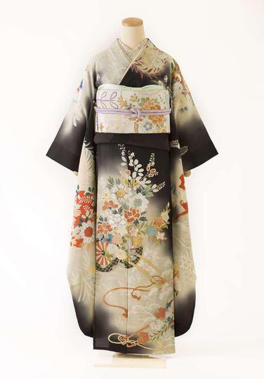 石田節子コレクション・アンティーク着物をはじめ、婚礼衣裳、振袖、袴、訪問着、 七五三、男物など様々な着物をお取り揃え。お客様にあったコーディネートをご提 案。全国発送も可。