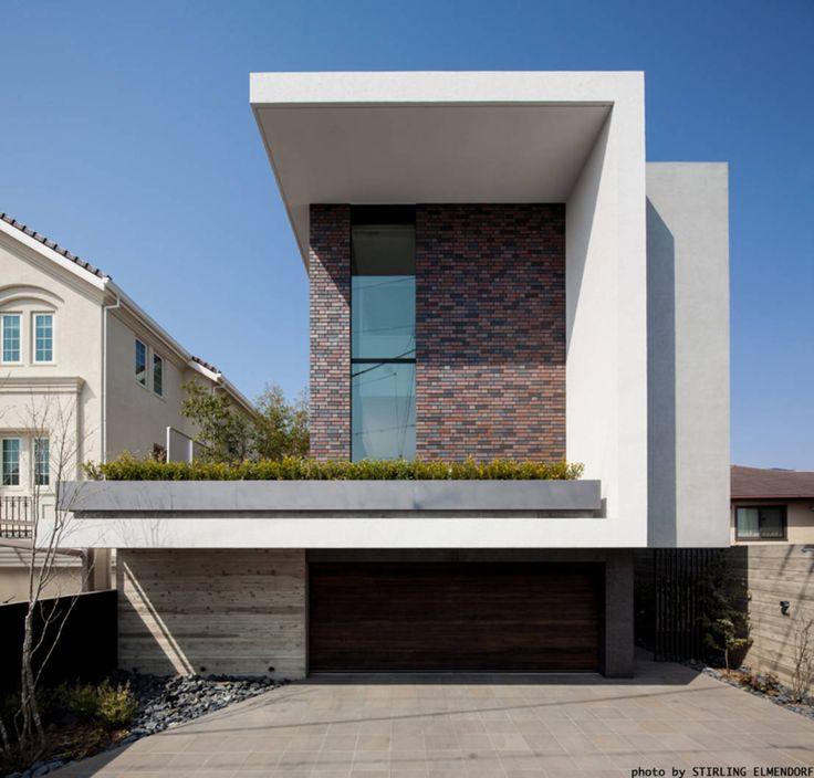 日本の家と言えば、木造建築を思い浮かべるかもしれません。ですが、それ以外のもの多く建てられています。今回紹介するのは、鉄筋コンクリート構造の2階建ての建物。本住宅は関西を拠点にする建築設計事務所ESPREXによって手がけられています。家に付けられた名前はドイツ語で煉瓦を意味する「ziegel」。本住宅はその名前の通り、煉瓦を使った美しい住宅となっています。