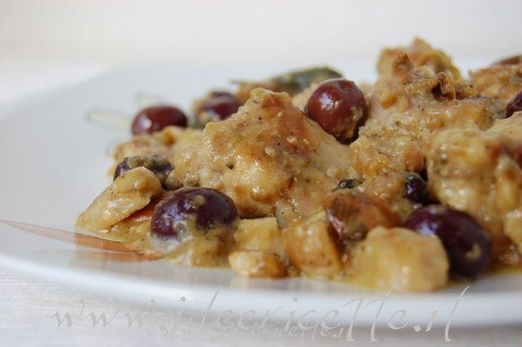 La ricetta delconiglio alla cacciatora con olive nere è uno dei piatti più popolari in Italia, viene cucinato in quasi tutte le regioni, con molte varianti, per la sua semplicità ed economicità. Ingredienti conigli alla cacciatora - 1/2 coniglio - farina - 1 cipolla - 1 aglio - salvia - sale - pepe - olive nere (meglio se di Gaeta) - bacche di ginepro - olio d'oliva - vino bianco - funghi porcini o misti - brodo vegetale o di dado Procedimento coniglio alla cacciatora Mettete il coniglio a…
