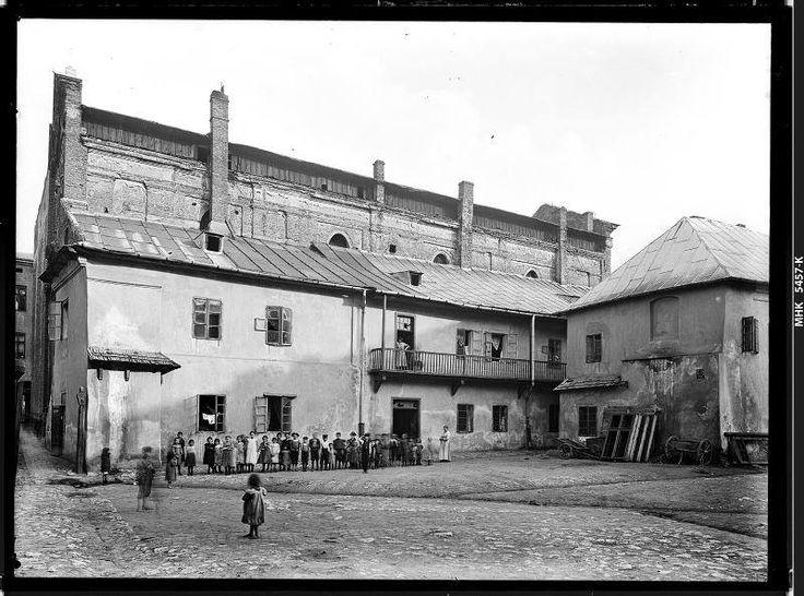 """Zabudowania dawnego klasztoru ss. Bernardynek przy ul. Dietla.  Fot. Zakład Fotograficzny """"I. Krieger"""", 1906."""