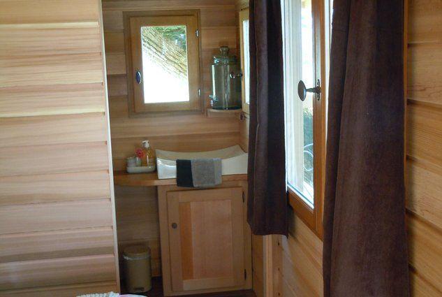 O'Charmes - La Bernardière  Rendez-vous ici : http://www.lacabaneenlair.com/fr/location-la-bernardiere-o-charmes-1074/?from_search=%2Fcabanes-dans-les-arbres%2F%3Fcollections%3D3& #cabane #arbre #intérieur #salledebain #bathroom