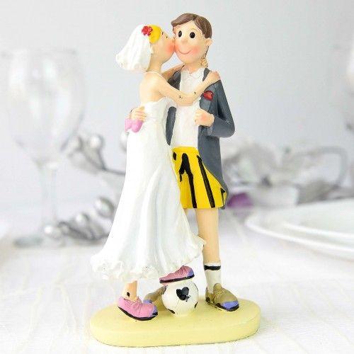Figurina tort cu motive sportive este un obiect dosebit de util care va ajuta foarte mult pentru a decora corespunzator tortul de nunta. Figurina reprezinta o buna alegere deoarece: are un design inedit si atractiv prezinta o tema indragita de toata lumea va face o buna impresie