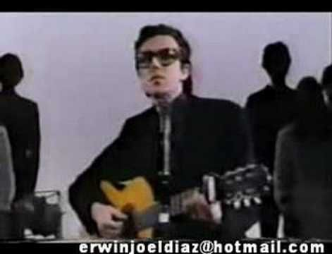 Piero era un cantante que si bien estaba dentro del movimiento de la música de protesta de los años 70 tenía también algunos temas mas baladísticos. este tema Mi Viejo fue su mas grande éxito.