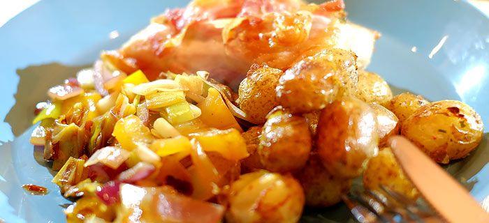 In pancetta gegrilde kip pesto met ovenkrieltjes en groenten uit de wok