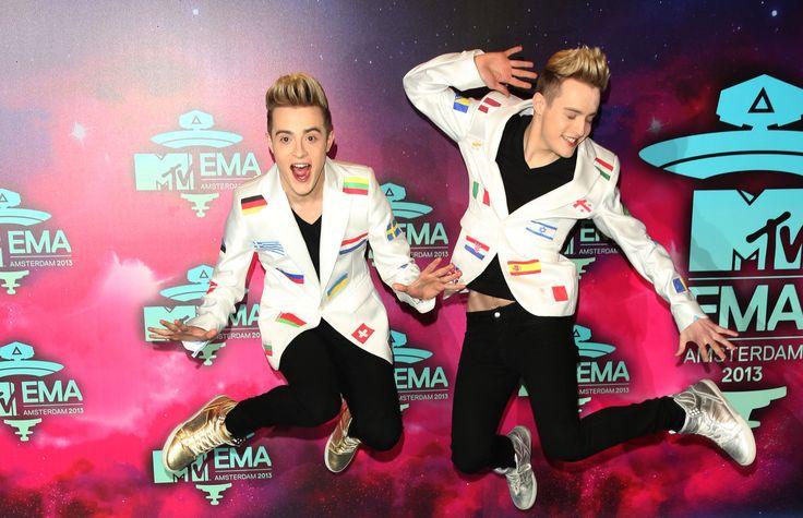 Los gemelos irlandeses Jedward en la alfombra roja de los MTV EMA 2013