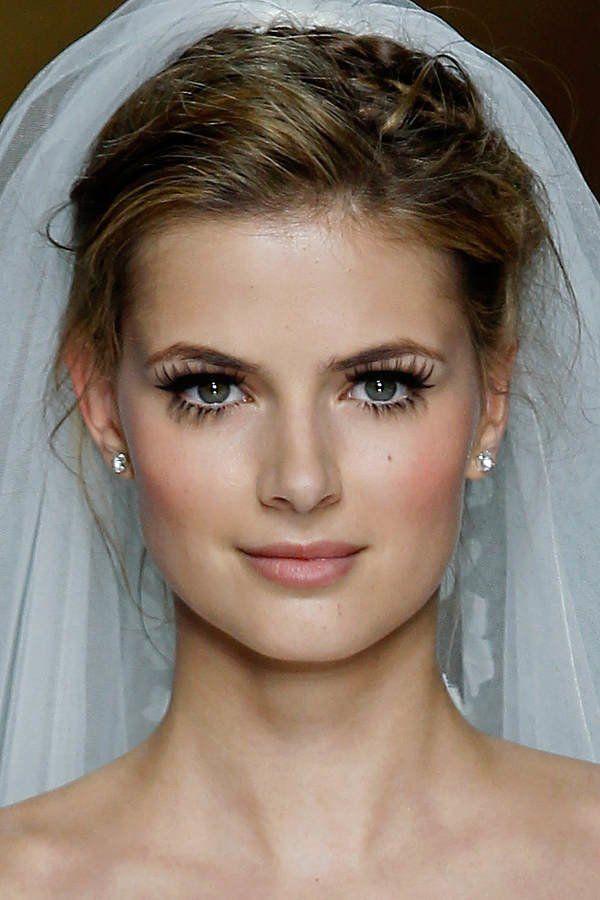 Dramatisch getuschte Wimpern, die mit künstlichen Lashes verdichtet und verlängert werden, stehen im Fokus dieses Braut…