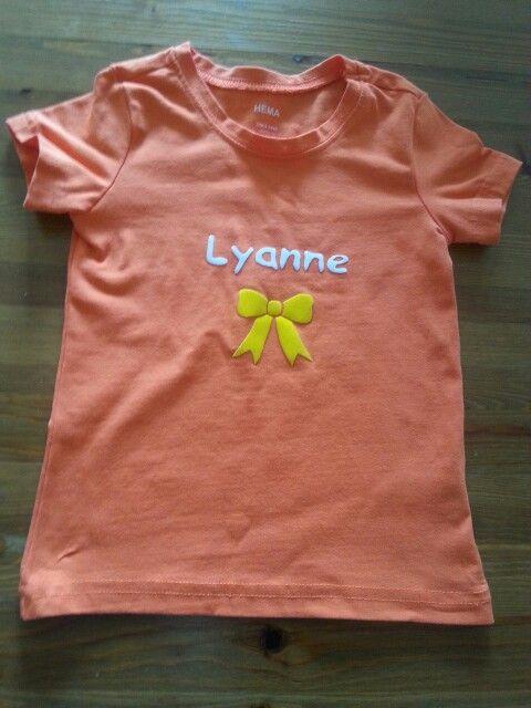 Flockfolie,  naam en strik. Oranje T-shirt voor koningsdag of WK voetbal.