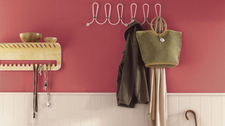 Du rose foncé pour un accueil chaleureux Pour un impact fort qui impressionnera vos invités sans demander beaucoup d'efforts, pourquoi ne pas essayer un rose framboise foncé pour votre couloir ? Créez un contraste saisissant avec des panneaux de bois d'un blanc éclatant et un tapis à motifs coloré.