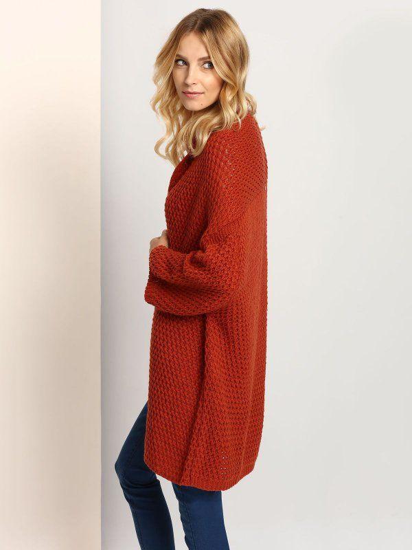 """Damski kardigan Top Secret z kolekcji jesień-zima 2016. <br><br>Stylowy sweter bez zapięcia wykonany z miękkiej, otulającej dzianiny. Over-sizowy kardigan to must have na ten sezon. Sweter świetnie wygląda ze spodniami rurkami. Dostępny w czekoladowym odcieniu brązu (SSK0028BR).<br><br>Modelka ma 179 cm wzrostu i prezentuje rozmiar 36.<span style=\""""font-style:italic\"""">"""