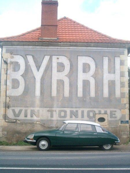 """Belle publicité peinte pour les apéritifs """"Byrrh"""" au sud de la Tricherie (Vienne). Notez la plaque bleue""""Route de Bordeaux"""" à droite."""