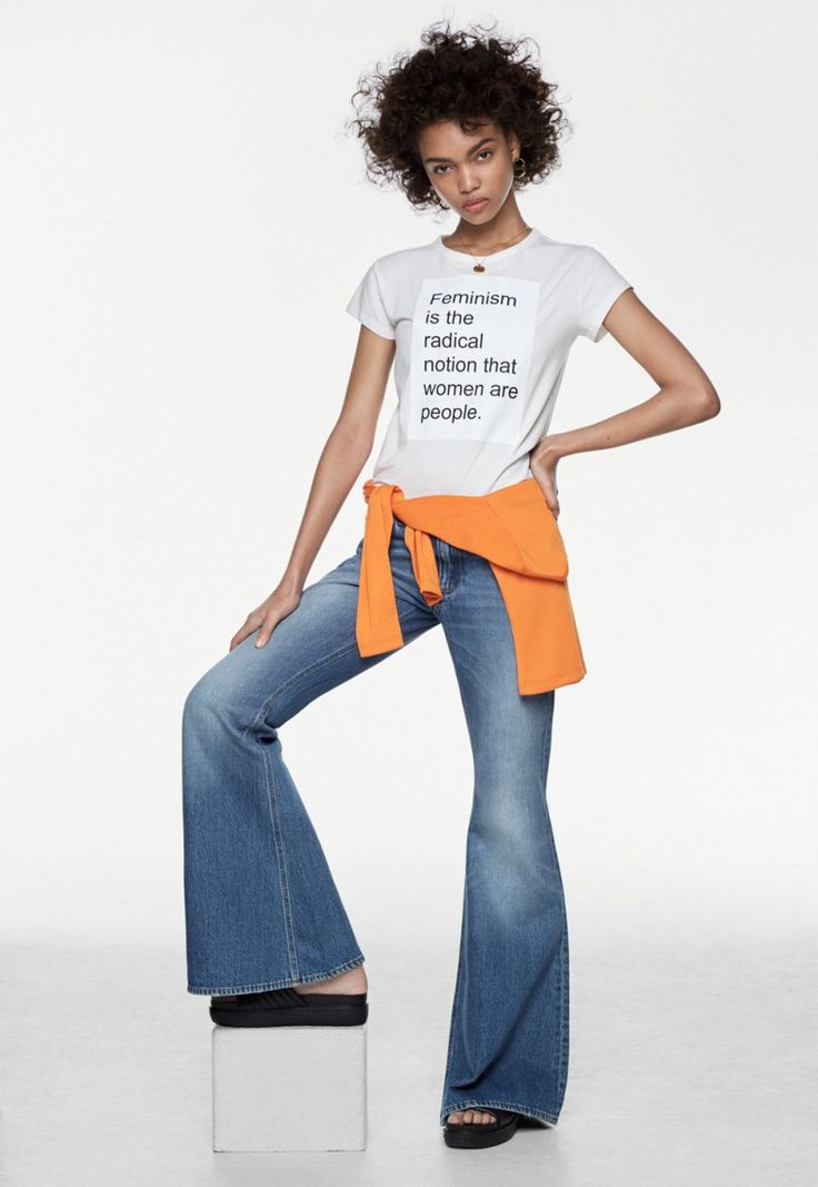 T-shirt, second-hand. Jeans från Acne Studios. Orange tröja från Monki. Örhängen från  Yggdrasil. Halsband från Emma Israelsson. Skor från Vagabond.